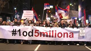 Sırbistan'da yönetime karşı protestolar sürüyor, binlerce kişi başkentte toplandı
