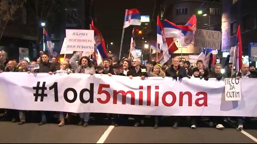 Belgrád: kitartanak a kormányellenes tüntetők