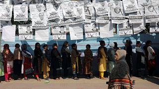 Unas mujeres esperan la fila para poder votar, en Daca, Bangladés.
