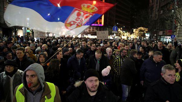 شاهد: الآلاف يجوبون شوارع بلغراد للاحتجاج ضد الرئيس والحزب الحاكم