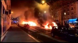 شاهد: إضرام النار في سيارات أمام مقر صحيفة لو باريزيان في باريس