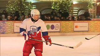 شاهد: بوتين يخوض مباراة هوكي على الجليد مع وزير دفاعه في الساحة الحمراء