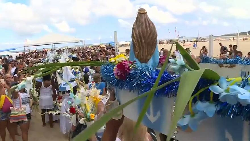 شاهد: تقديم القرابين لإلهة البحر البرازيلية الإفريقية في ريو دي جانيرو