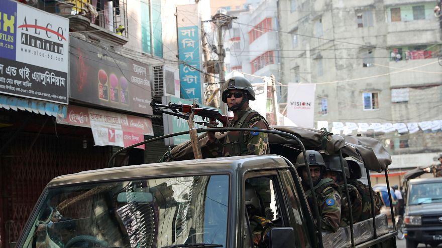 Bangladeş'te halk, silahların gölgesinde seçime gitti