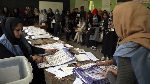 Afganistan Seçim Komisyonu görevlileri