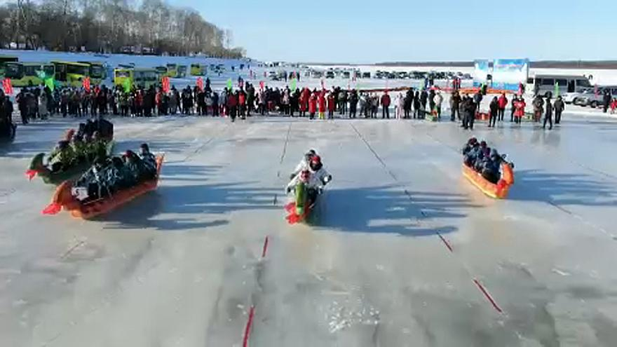 شاهد: قوارب التنين في سباق على الجليد بالصين