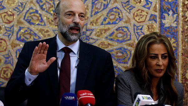 وزيرة أردنية تدوس على العلم الإسرائيلي .. وتل أبيب تحتج لدى عمان