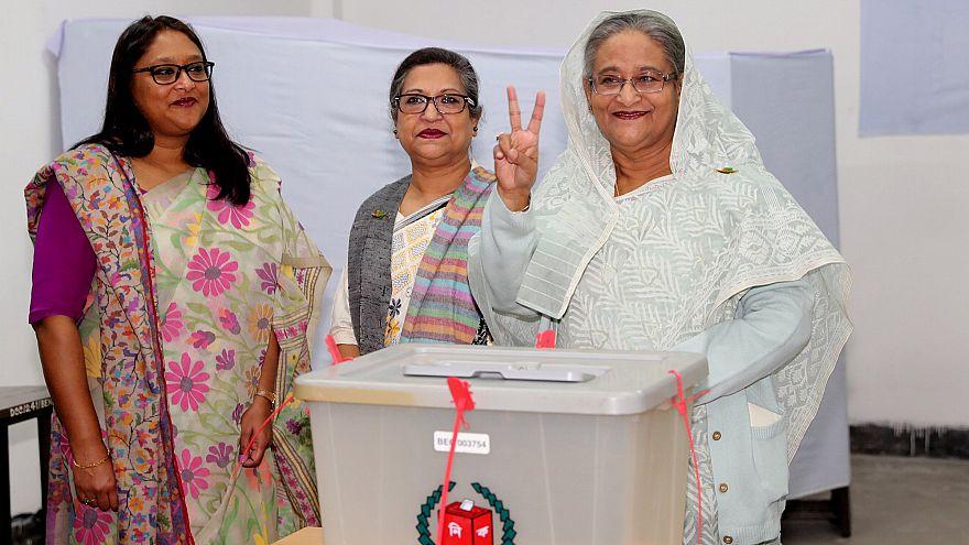 رئيسة وزراء بنغلادش تحقق فوزا كبيرا في الانتخابات والمعارضة تقول إنها مزورة