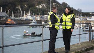 Bir avuç göçmenin Fransa'dan İngiltere'ye geçmesi ülkede 'krize' neden oldu