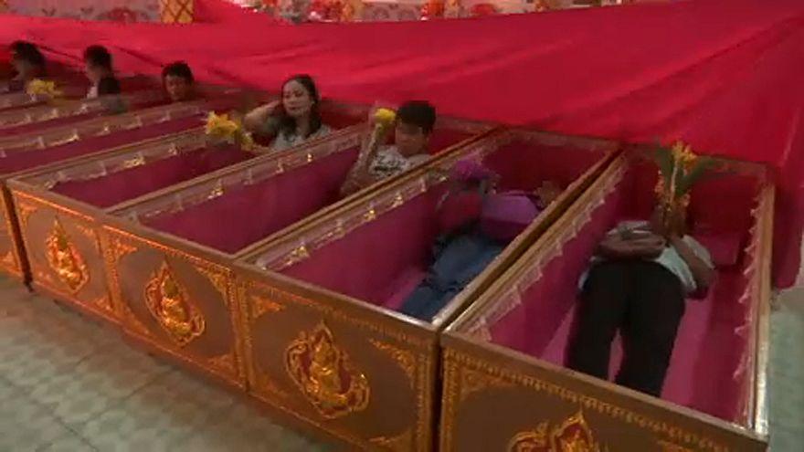 تایلند؛ خوابیدن داخل تابوت در شب سال نو میلادی
