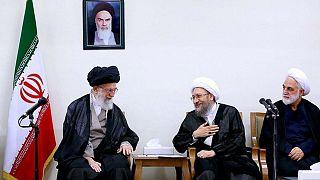 زیباکلام: رهبر بیطرف نیست و آملی لاریجانی به گروههای تندرو تمایل دارد