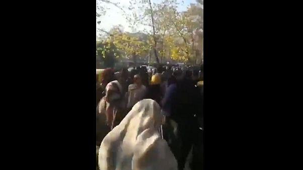 قوات الأمن الإيرانية تشتبك مع طلاب يحتجون على حادث حافلة