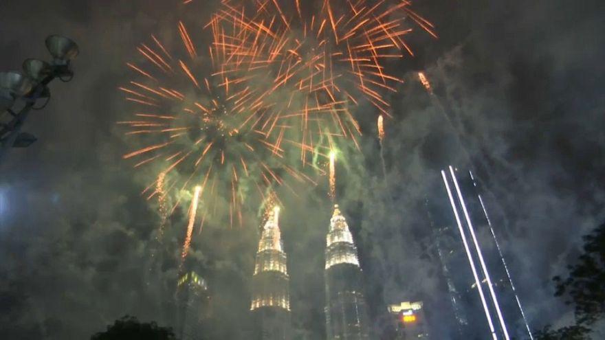 شاهد: ماليزيا تستقبل العام الجديد بالألعاب النارية