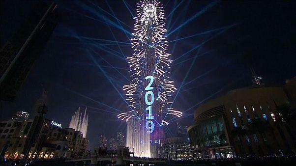 Video | Dünyanın simge yapıları yeni yıl kutlamaları için fırlatılan havai fişeklerle aydınlandı