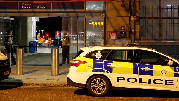 Ein Polizeiauto steht vor der Manchester Victoria Station