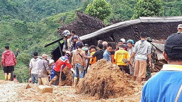Több tucat embert temetett maga alá a sár Indonéziában