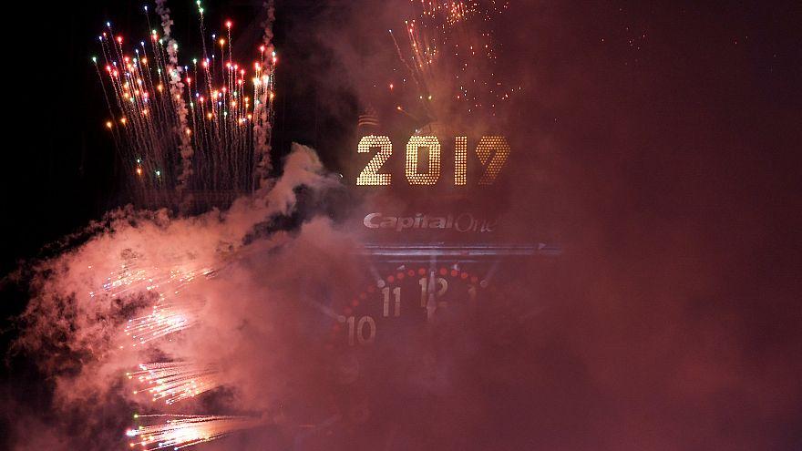 شاهد: الآلاف يستقبلون العام الجديد تحت الأمطار في ميدان تايمز