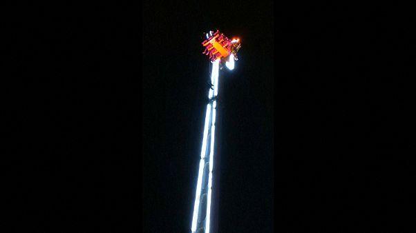 Francia: pasan el Año Nuevo atrapados a 52 metros en una atracción de feria