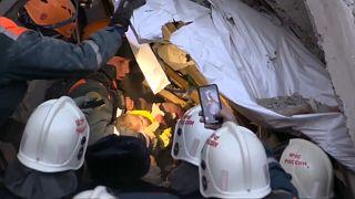 Rescatan un bebé entre los gélidos escombros de la explosión en los Urales en Rusia