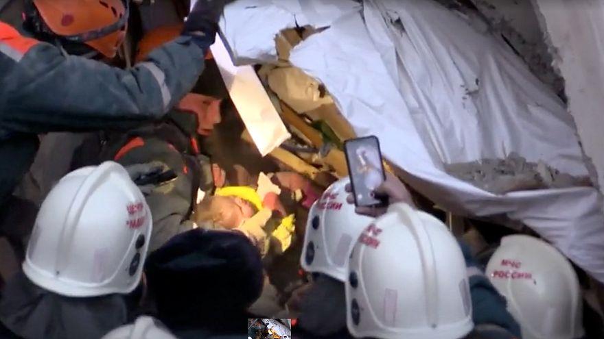 Video   Rusya: Ağlama sesiyle enkazdan 35 saat sonra çıkan mucize