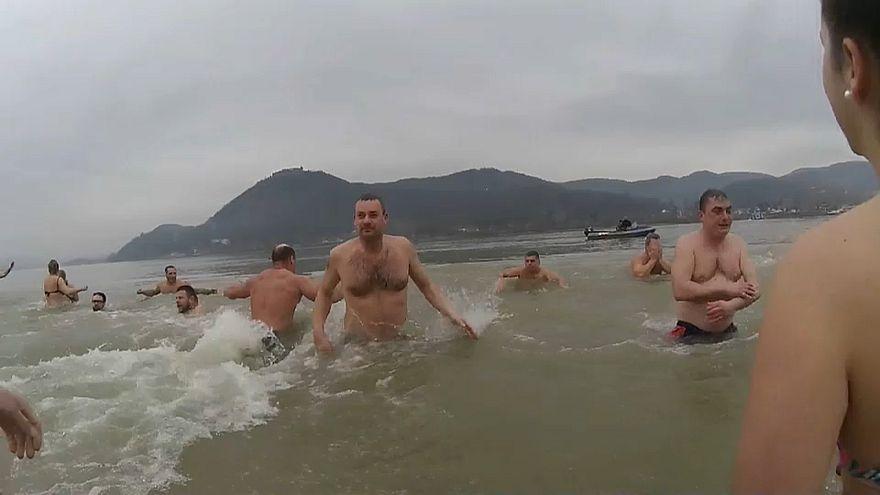 شاهد: السباحة في مياه الأنهار والبحيرات الباردة.. طقوس أوروبية لاستقبال العام الجديد