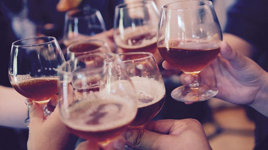 ¿En qué países europeos los hogares gastan más y menos en bebidas alcohólicas?