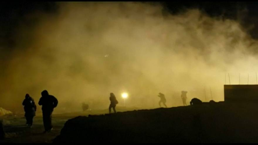 إطلاق قنابل الغاز على المهاجرين على الحدود مع المكسيك