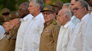 Kubas Präsident Diaz-Canel und Raúl Castro stehen neben anderen Männern