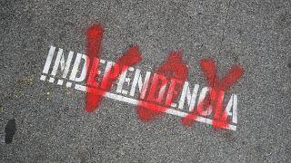 """""""Vox"""" ist in roter Farbe über """"Independencia"""" auf den Boden gesprayt"""