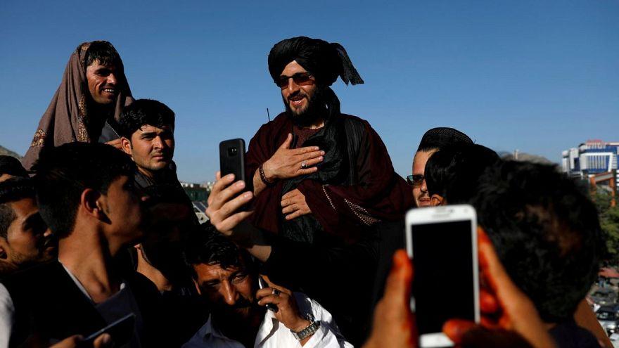عکس از رویترز      سلفی گرفتن مردم با یکی از نیروهای طالبان در کابل