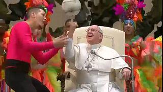 شاهد: البابا فرانسيس يثير الإعجاب بمهارته في برم الكرة