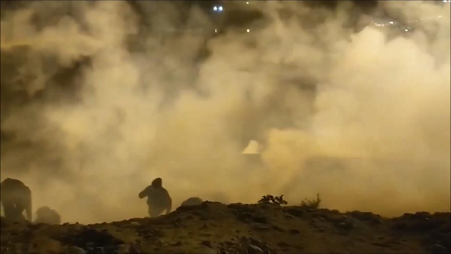 شاهد: جنود أمريكيون يطلقون الغاز المسيل للدموع على مهاجرين مكسيكيين يوم رأس السنة