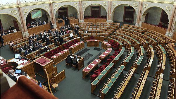 A Parlament lépcsőjén végződött a rendkívüli ülés