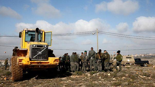 پلیس اسرائیل شهرکنشینان را از یک پاسگاه  در کرانه باختری بیرون کرد