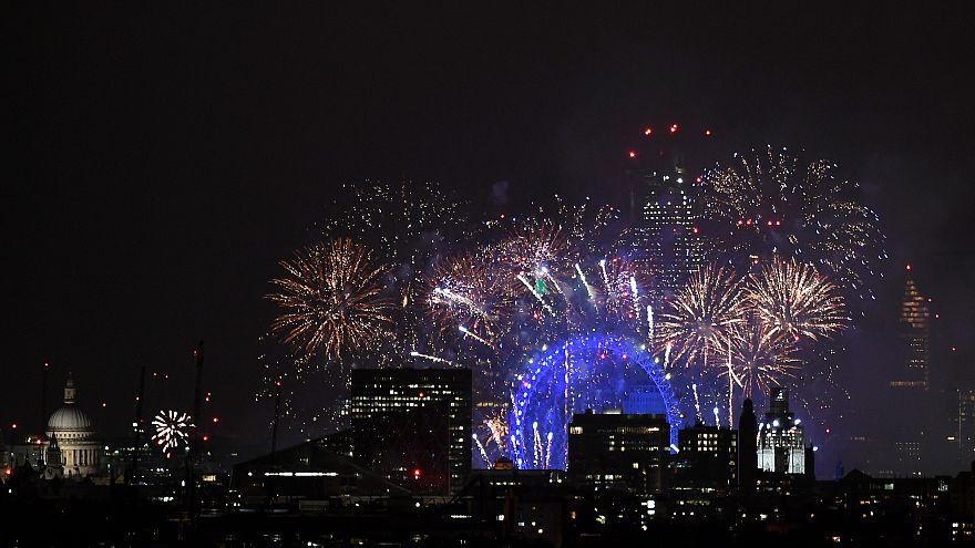 Des feux d'artifice illuminent le ciel londonien pour le nouvel an
