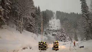 شاهد: إنقاذ سائحين عالقين وسط عاصفة ثلجية في جبال النمسا