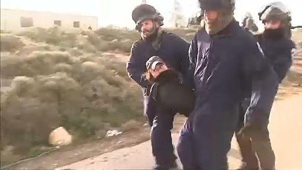 شاهد: شرطة إسرائيل تطرد مستوطنين من موقع غير قانوني بالضفة الغربية