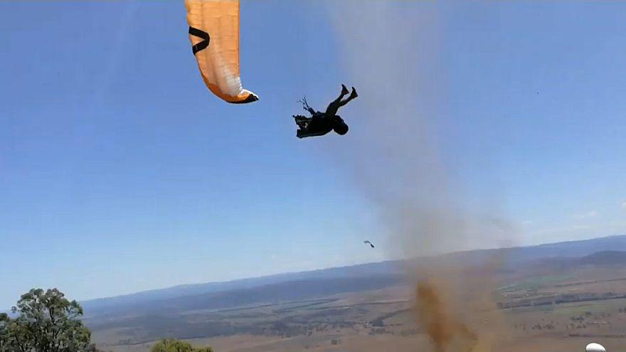 Paraglider wird von einer Sandhose mitgerissen