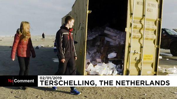 Hollandalılar kargo gemisinden düşen tonlarca 'ganimet' eşyayı topladı