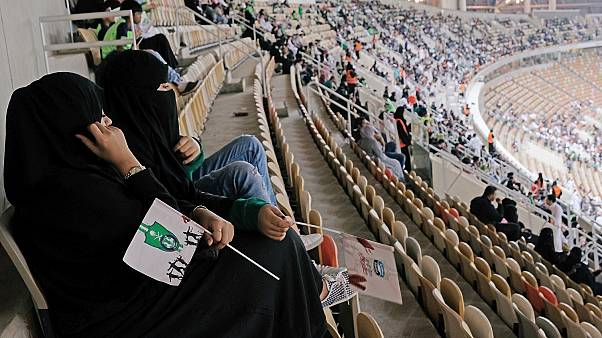 Alcune donne assistono ad una partita allo stadio di Gedda