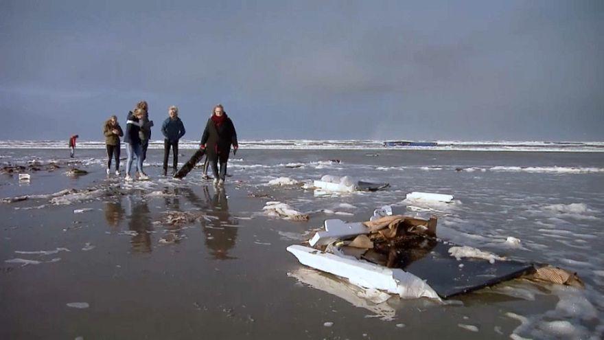 شاهد: عشرات الحاويات تضيع على الشاطئ الهولندي