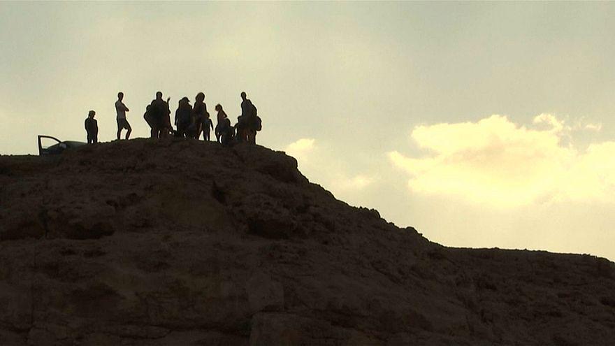 شاهد: لهواة المشي والتسلق.. هولندي يقودكم في مرتفعات الجونة بمصر