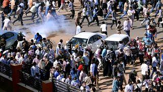 شاهد: الأمن السوداني يطلق الغاز المسيل للدموع على متظاهرين في بورسودان