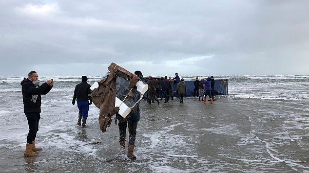 Tηλεοράσεις και έπιπλα ξεβράζονται στις ολλανδικές ακτές