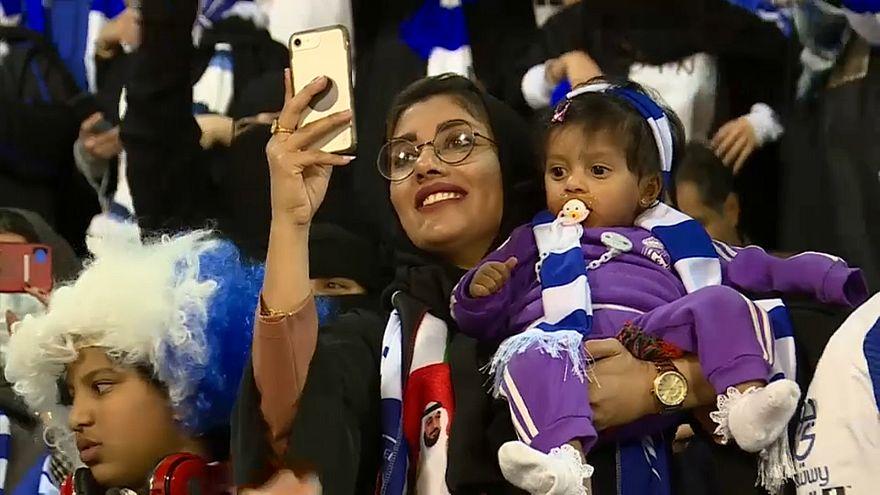 Donne saudite allo stadio da sole