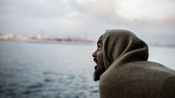 یکی از مهاجران که سوار بر کشتی نجات به سمت ساحل اسپانیا در حرکت است.