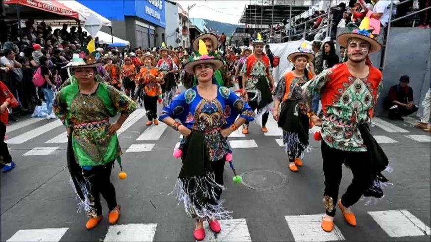 El Carnaval de Negros y Blancos vuelve a inundar de color Colombia