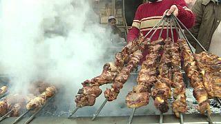 Video | Terör bitti turistler Peştun yemeklerini tatmak için Peşaver'e akın etti
