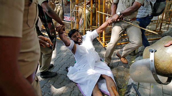 Festnahmen nach gewalttätigen Protesten gegen Tempelöffnung für Frauen