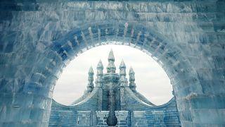 China abre su parque efímero de nieve con una competición internacional de esculturas de hielo